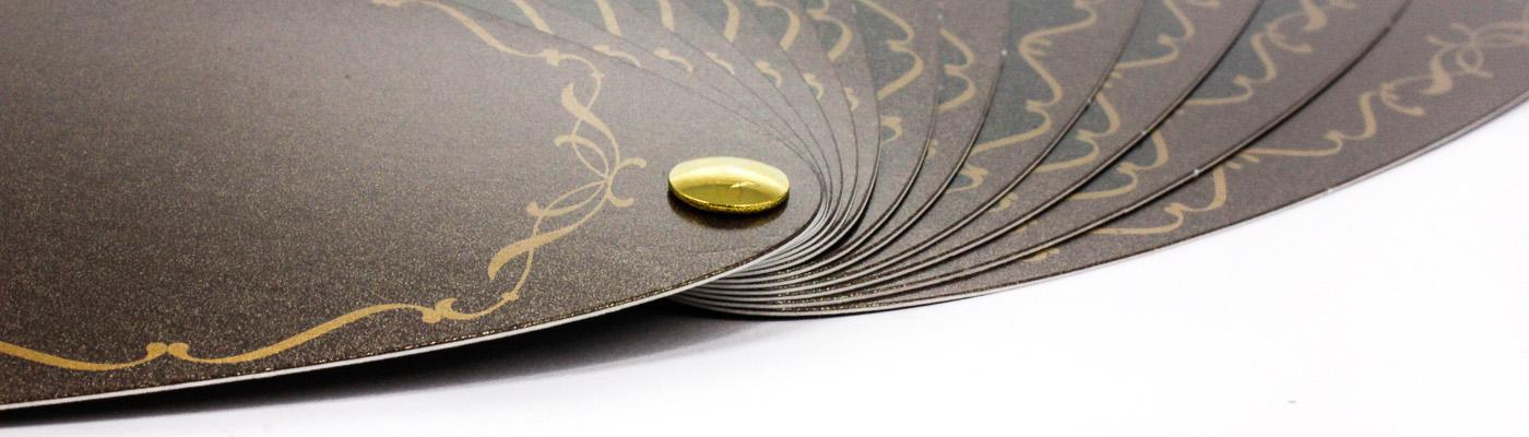Fächer mit goldener Buchschraube